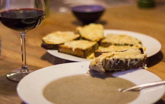 Cremet svampesuppe med cognac og ostebrød