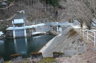右岸より取水口と堤体を望む