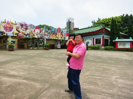 Yining and Daddy at Leofoo Theme Park