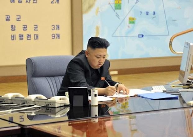 Foto do ditador da Coreia do Norte Kim Jong-un durante reunião com militares nesta sexta (29) (Foto: Reuters/KCMA)
