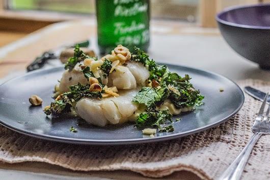 Syrebagt torsk med fennike-porre-stuvning og gillet grønkål - Mikkel Bækgaards Madblog