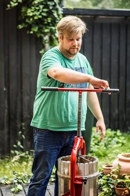 Mikkel ved mostpressen - Brødrene Bækgaard laver æblemost - Mikkel Bækgaards Madblog