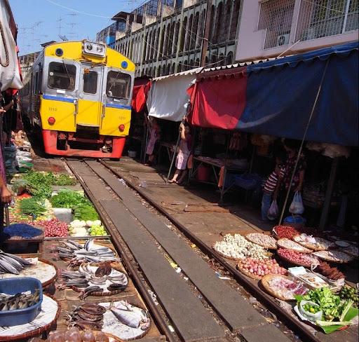 maeklong-train-market