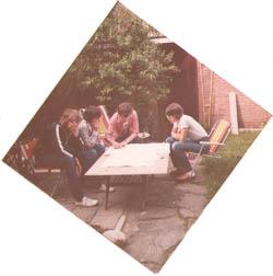De leden van het triumviraat (en aspirant lid Anton) scholen en zweren samen in 1979