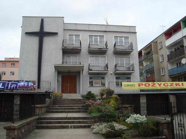 Zagadka - co to za budynek? a) centrum pożyczek, b) kościół, c) kino osiedlowe