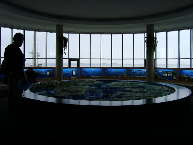 Sala Bałtycka - z lewej strony, za oknem, widac pomnik Gra Masztów