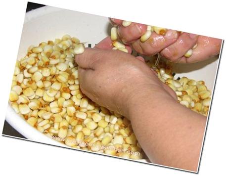 Enjuagando el maiz nixtamalizado