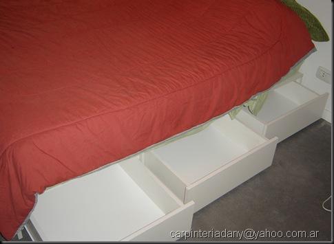 Cama blanca con cajones