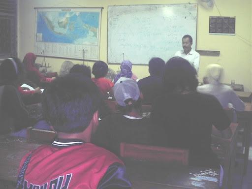 Susaana belajar paket C setara SMA saat tutor mengarahkan pengajaran