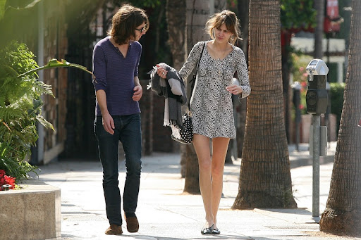 71640_Preppie_-_Alexa_Chung_strolls_around_the_streets_of_West_Hollywood_-_October_7_2009_692_122_30lo