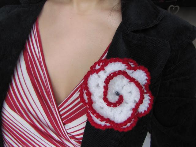 Brose crosetate handmade floricica 1 Martie