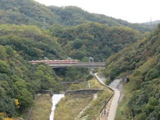 天端より下流(神戸電鉄)を望む