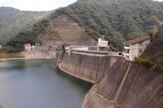 右岸のトンネルの手前よりダム湖側の堤体を望む