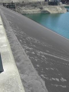 天端よりダム湖側の壁面を望む