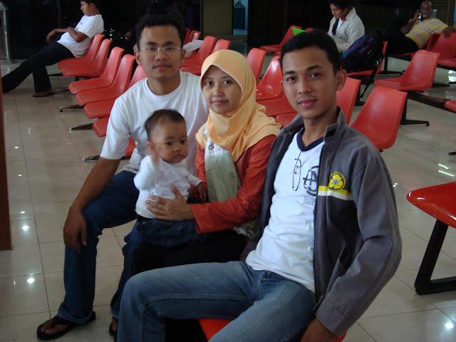 Dek Ugrah, Nadine, Mama, dan saya (di Bandara Pekanbaru)
