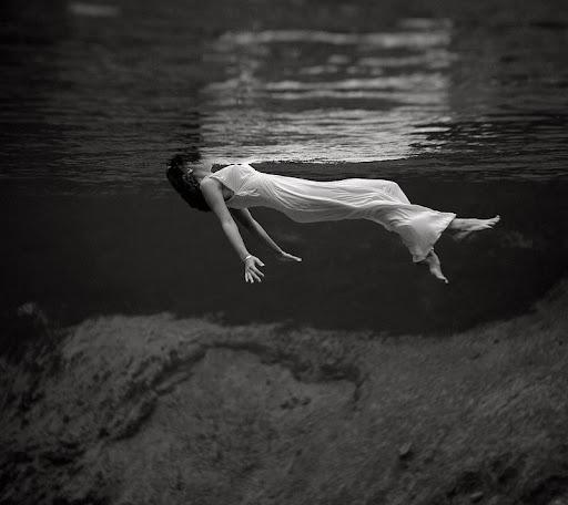 Mujer flotando en el agua, de Toni Frissell (1957)-Publicada en Harper's Bazar-Florida.