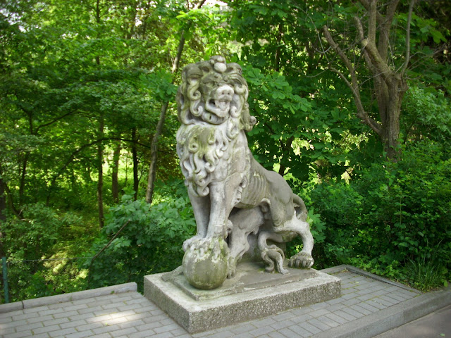 Kamienny lew przed wejściem do oliwskiego zoo
