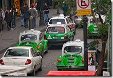 Taxis verts de modèle coccinelle Volkswagen, dans un embouteilla