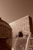 Les grilles du parc de la raffinerie Say semblent hésiter entre la  verticalité de l'immeuble de logement et la rotondité des bureaux de  3F, soit entre la rigueur et le fantasme architectural, entre la  maîtrise de l'espace et sa négation.