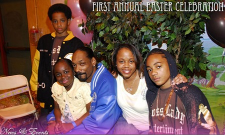 Shante Broadus and husband Snoop Dogg family photo