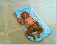 गलियारे में सोता शिशु
