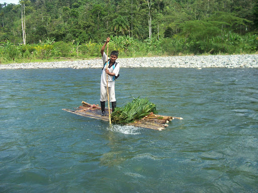 Naso Teribe en balsa tradicional Rio Teribe, Panama
