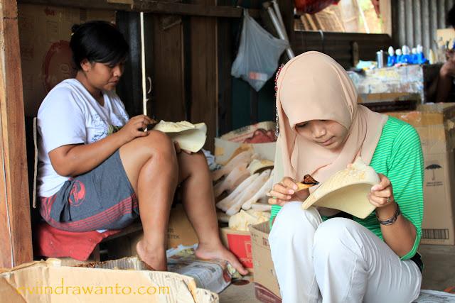 Kerajinan topeng batik di desa Bobung