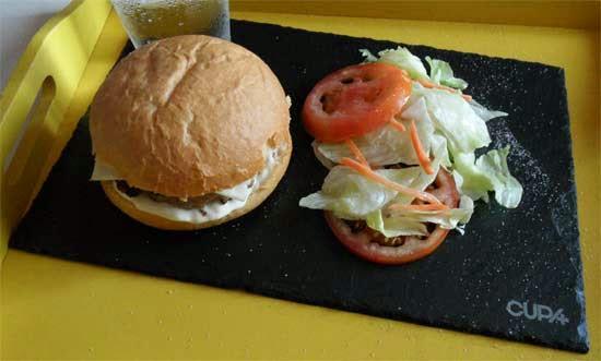 Hamburguesa más rica en plato de pizarra.