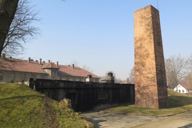 Das Krematorium I mit dahinter liegender Gaskammer