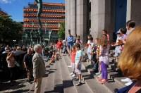 Un sol resplandeciente y la energía infantil fueron los principales protagonistas del compartir musical que ofrecieron los niños de Soderstaije en las afueras de la principal sala de conciertos de Estocolmo