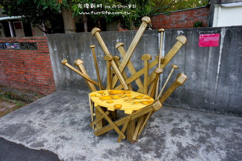 這椅子在光復新村很耀眼,黃的發亮