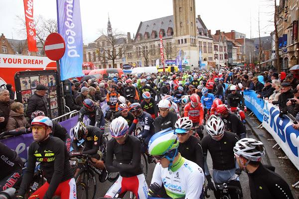 renners aan de start van Dwars door Vlaanderen in Roeselare