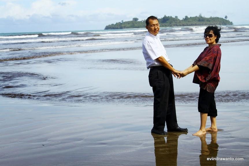 Mengukir kenangan di Pantai Air Manis Padang
