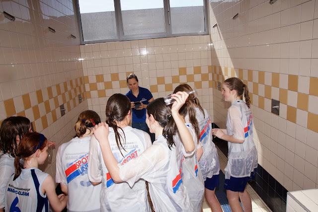 Coach Sofie neemt een foto op gevaarlijk terrein