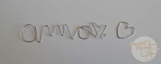 Hacer palabras DIY con alambres.