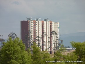 Torres de edificios en el humedal Jaboque
