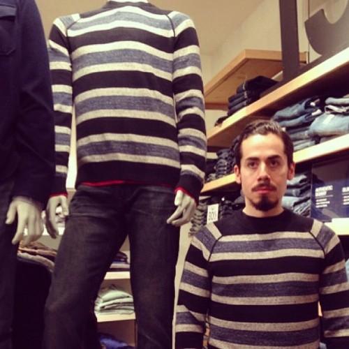 #撞衫也是一種樂趣:溫哥華男子就是愛到店跟假人模特兒撞衫 14