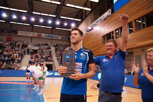 Pieter Coolman met de trofee voor 'sporter van het jaar' van Knack Roeselare