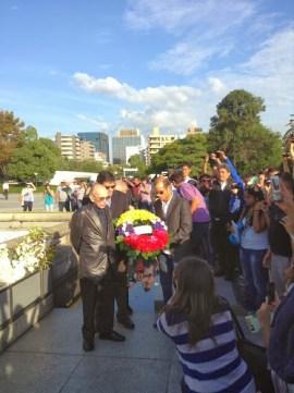 El maestro José Antonio Abreu, el director ejecutivo de la Fundación Musical Simón Bolívar, Eduardo Méndez, y el director de la Juvenil de Caracas, Dietrich Paredes, realizaron una ofrenda en homenaje a los caídos