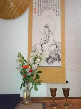 jasmijnbloesems in vaas voor scroll met Hartsoetra en Kanzeo
