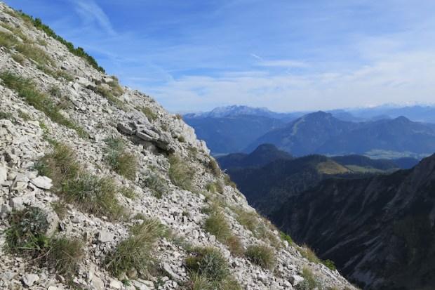 Der Abstieg über die Schotterfelder erfordert volle Konzentration