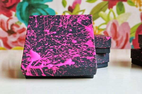 Caixa decorada com respingos de tinta