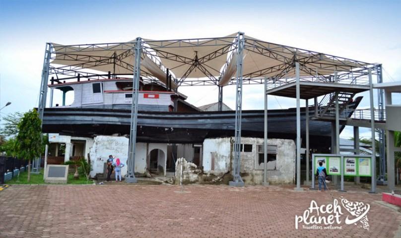 Ajaib!!! Perahu Berlabuh diatas Atap Rumah Warga