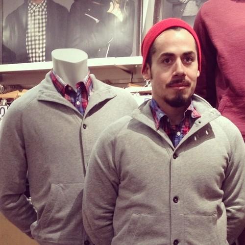#撞衫也是一種樂趣:溫哥華男子就是愛到店跟假人模特兒撞衫 9