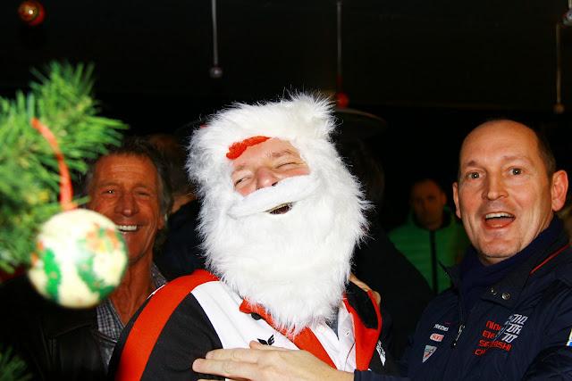 Trainer Kris Supply als de kerstman