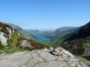 On the left are the slopes of High Crag and Mellbreak ... then moving across to the right are Rannerdale Knotts, Grasmoor, High Snockrigg, the slopes of Robinson, and the slopes of Fleetwith Pike. Low Fell and Fellbarrow are in the distance on the horizon. What a fantastic view.