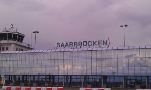 Bild vom Rollfeld aus zum Flughafengebäude in Saarbrücken