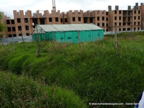 Construcciones en la ribera del humedal Jaboque