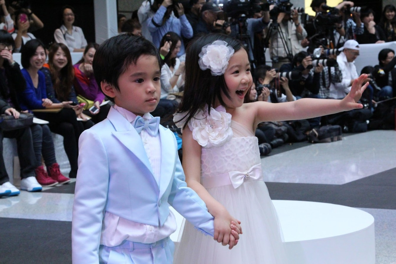 *BELLAVITA 2013春夏聯合新品發表會:Janet 一襲低胸寶藍洋裝「漫步春天」 2