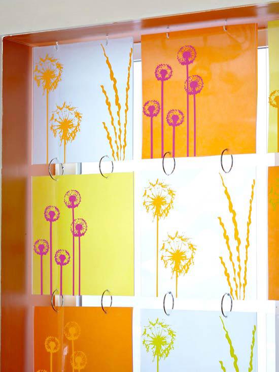 Decorar la ventana con cortinas diferentes.